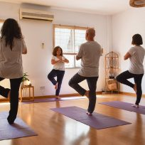 Postura del árbol en yoga